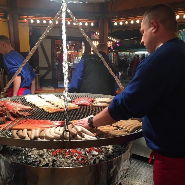 Bratwurst - Salsichas na brasa no Mercado de Natal de Frankfurt