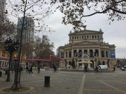 Alte Oper Frankfurt já decorada para o Natal