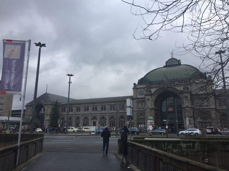 Hauptbanhof de Nuremberg vista do portão de entrada da cidade antiga
