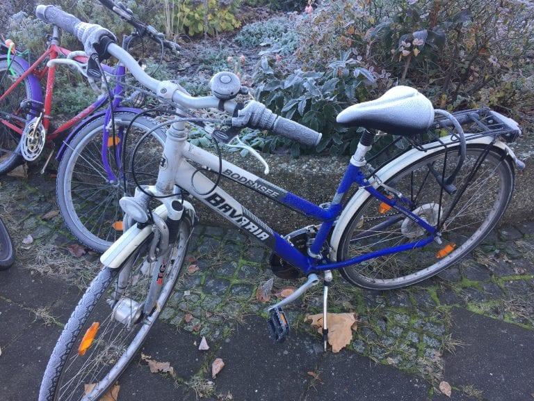 Bicicleta e canteiro congelados em frente à Hauptbanhof