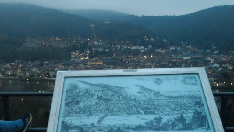 Pintura antiga da cidade com a cidade real ao fundo