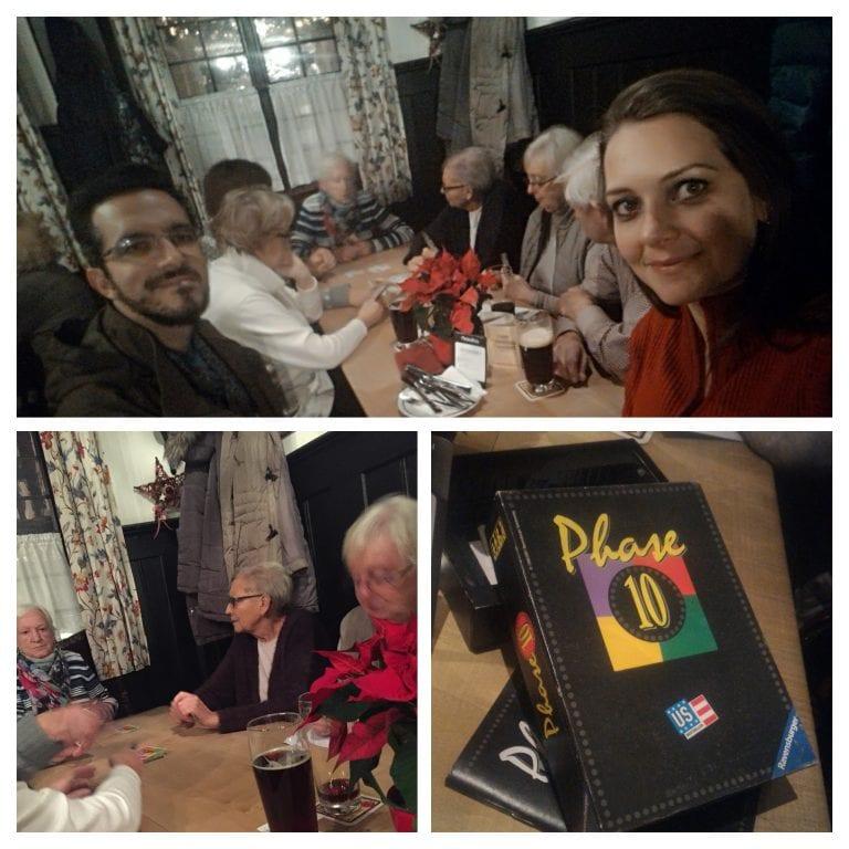 Nós e as senhorinhas do carteado na mesa compartilhada do Cervejaria Schlenkerla, die historische Rauchbierbrauerei