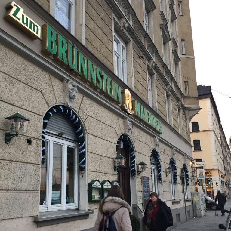 """Fachada do restaurante Gaststätte """"Zum Brünnstein"""" em Munique"""