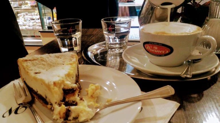Fatia de torta de maçã e crumble e Cappuccino grande