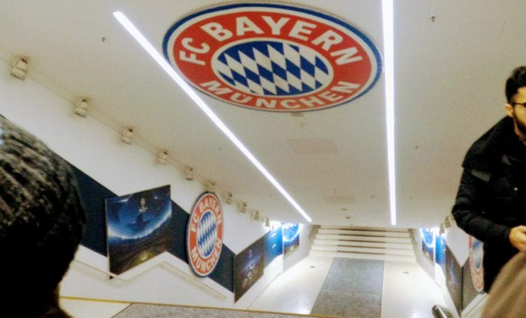 Túnel de acesso ao campo do estádio do Bayern de Munique, a Allianz Arena