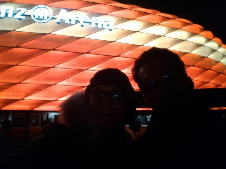 Tentativa de selfie na Allianz Arena à noite, estádio do Bayern de Munique