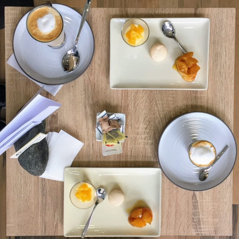 Café com 3 mini postres no Café Gourmand