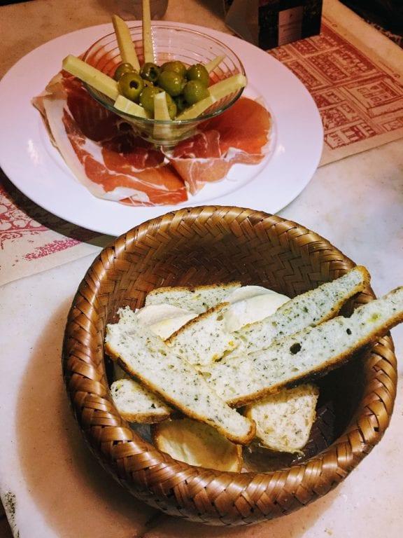 Bar Tabaré: cesta de pães e entrada