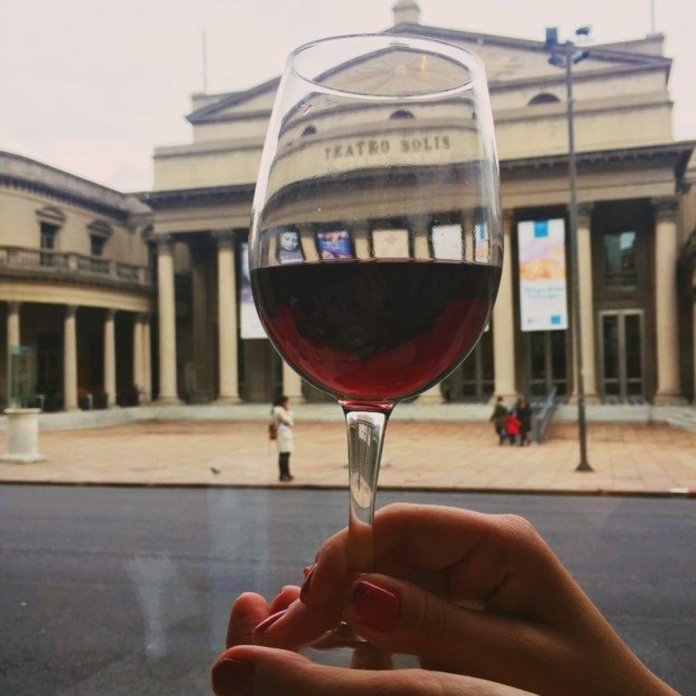 Café Bacacay: taça de vinho tannat para acompanhar