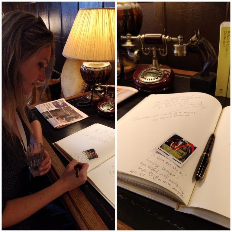 Assinando o livro do hotel com os nossos agradecimentos e o cartão do Viajar é Demais. Quem achar manda foto pra gente! :)