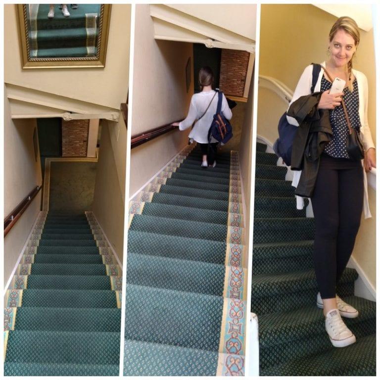 Escadas para o 2º e 3º andar do hotel