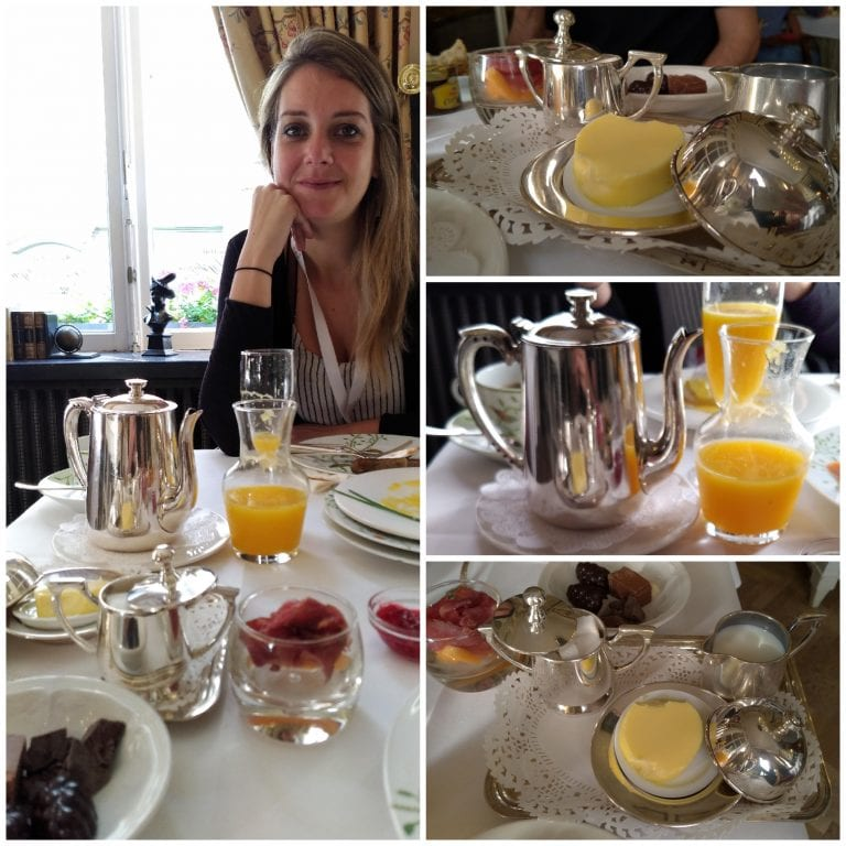 Bebidas quentes, sucos naturais e manteiga servidos à mesa