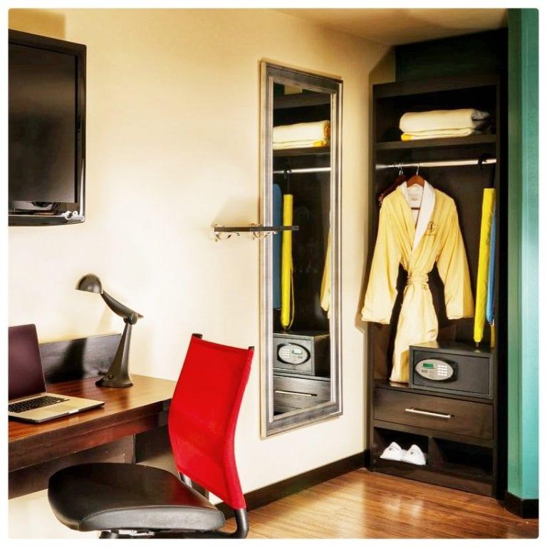 The Maxwell Hotel - A Staypineapple Hotel: cofre e armário com roupão