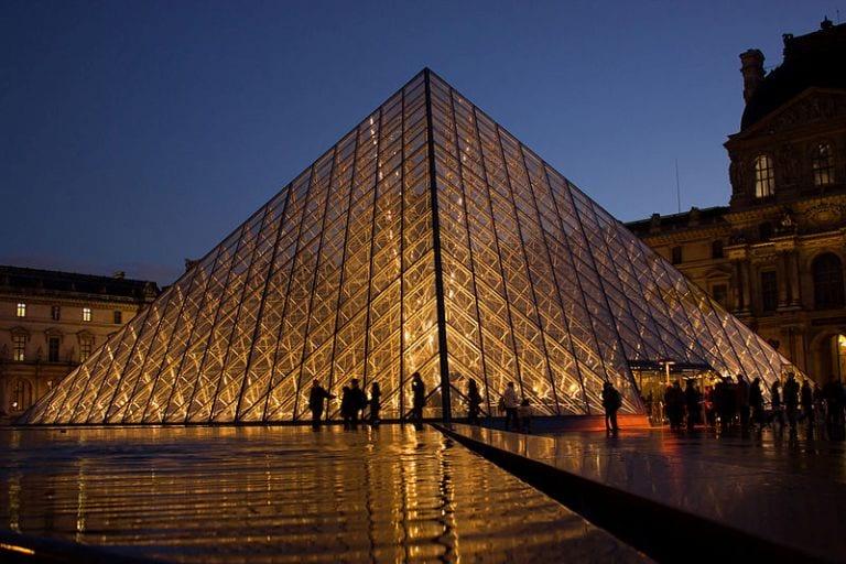 Piramide do Louvre iluminada a noite