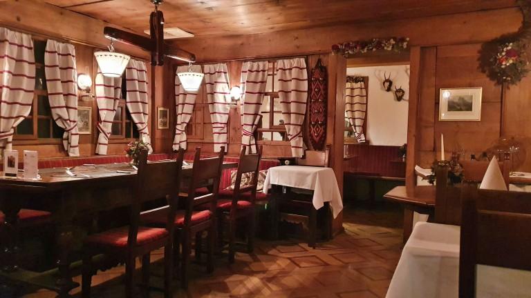 Ambiente rústico e aconchegante no Challi-Stübli Grindelwald, um dos restaurantes do Kreuz & Post