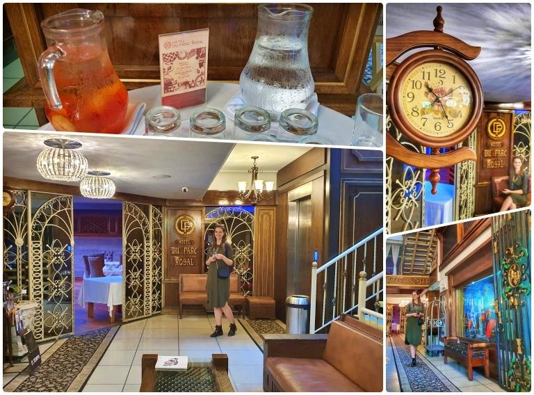 Lobby reúne elementos de madeira, dourado e alguns objetos de estilo retrô - destaques para o lustre, as poltronas e o relógio de parede.