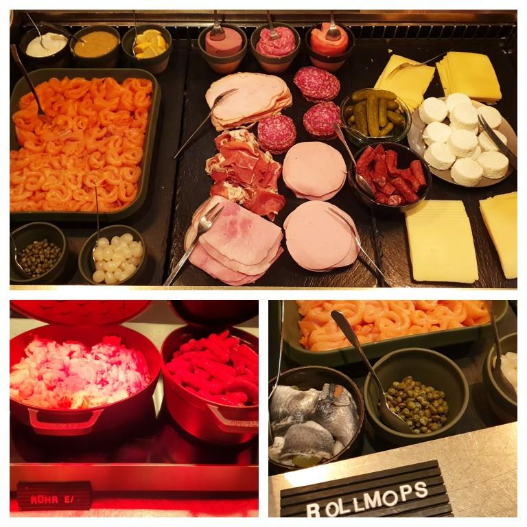Mesa de queijos e frios e algumas das opções quentes do café da manhã do 25hours