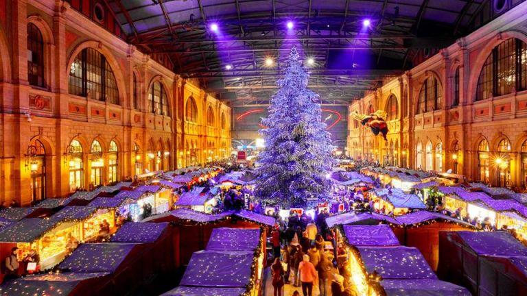 Árvore de Natal decorada com mais de 7.000 cristais Swarovski: atração do mercado de Natal em Zurique (foto: lenews.ch)