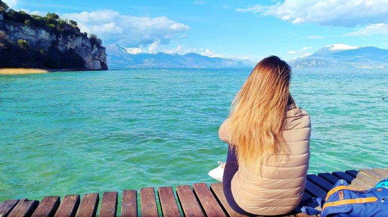 No deck à beira do Lago di Garda, em Sirmione