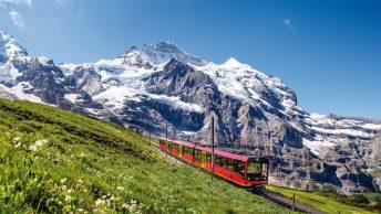 Trem da Jungfrau na paisagem alpina da Suíça (Jungfraujoch Top of Europe)