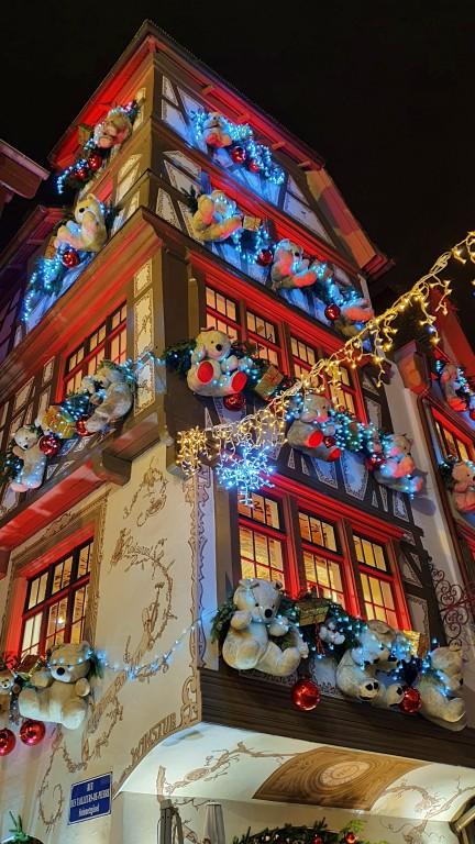 Fachada do restaurante Le Tire-Bouchon decorada para o Natal