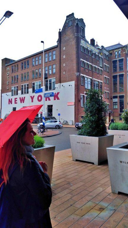 Com o guarda-chuva em frente ao Hotel New York Rotterdam