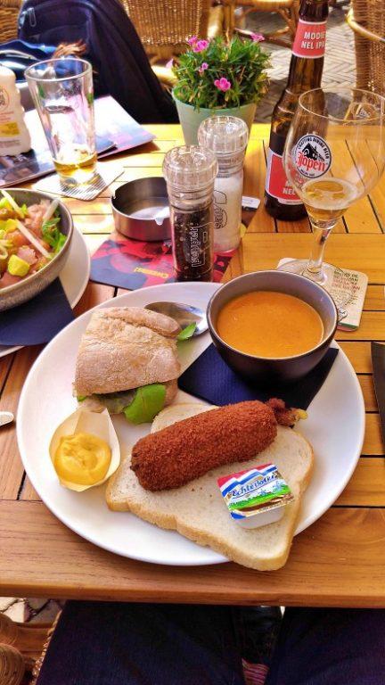 Prato Especial do meio-dia: sopa do dia, croquete de queijo, fatia de pão e o sanduíche do dia