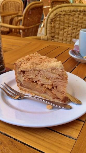 Ambachtelijke appeltaart - Uma Fatia bem recheada de Torta de Maçã