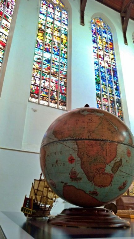 Oude Kerk - vitrais no ambiente interno