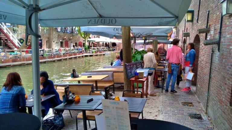Stadskasteel Oudaen: ambiente à beira do canal