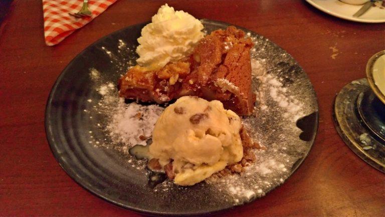 Foto da torta de maçã com sorvete e chantili