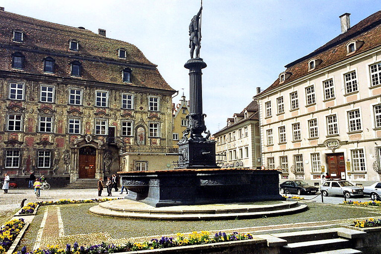 Marktplatz em Lindau: Haus zum Cavazzen  e a fonte Neptunbrunnen | Foto: Bayreuth2009 / CC BY