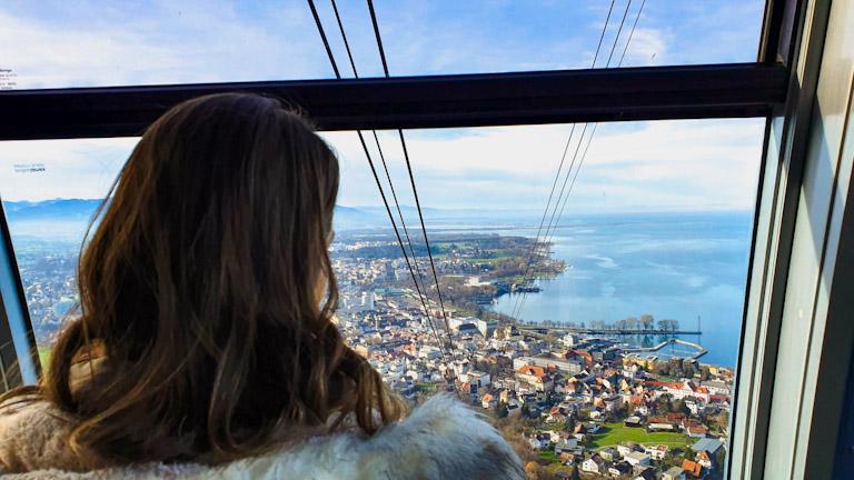 chai de costas admirando a vista De dentro do bondinho do Pfanderbahn, o teleférico da Montanha Pfander em Bregenz