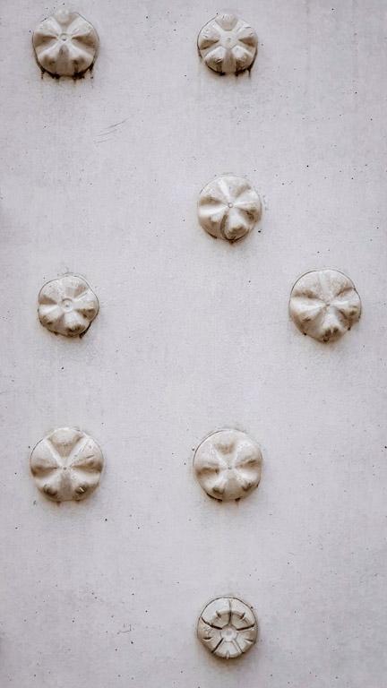 Museu Vorarlberg: paredes externas em relevo curioso feito a partir do fundo de garrafas pet concretadas