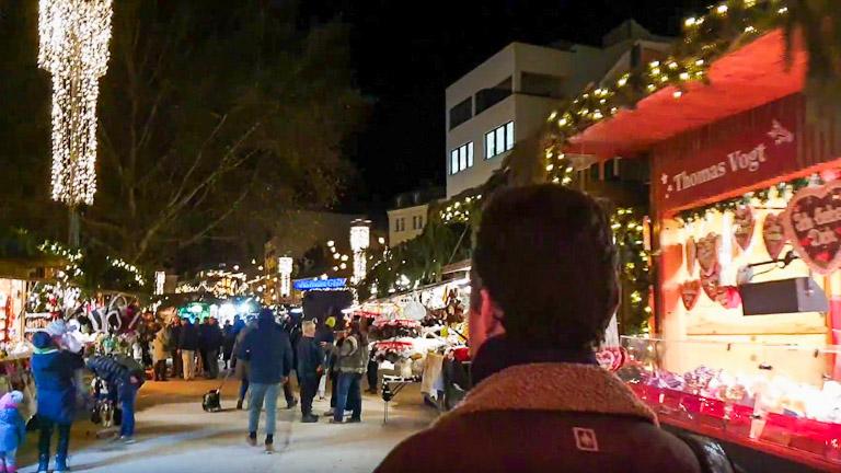 Augusto de costas entrando no Mercado de Natal de Bregenz