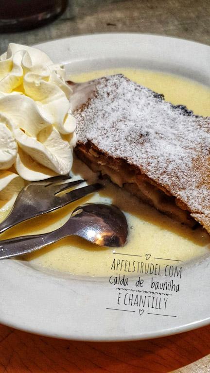 Pfänderdohle Gasthaus: Apfelstrudel com calda de baunilha e chantilly + café