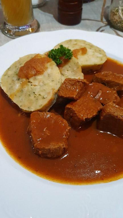 Pfänderdohle Gasthaus: Gulasch com knödel