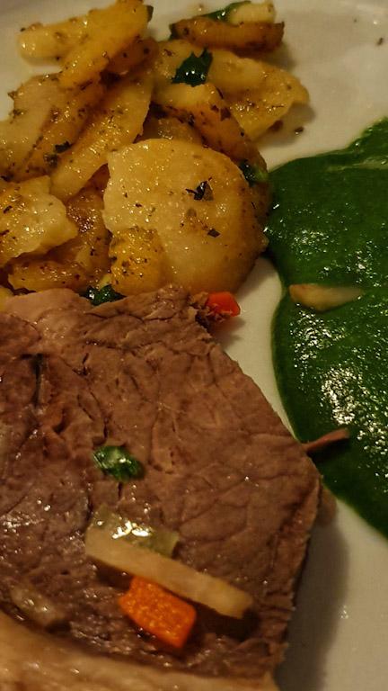 Gasthaus Goldener Hirschen: prato montado com a carne cozida com batata corada e o creme de espinafre