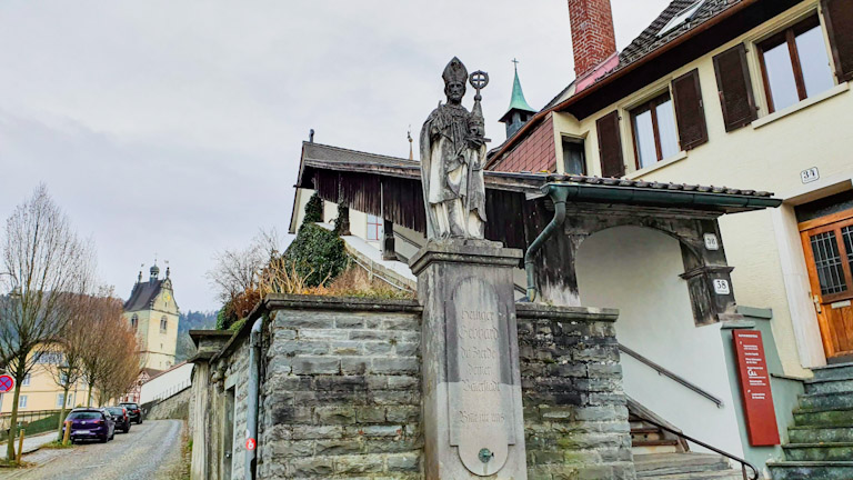 Estátua de pedra de St. Gebhard no caminho para o Kapuzinerkloster - Mosteiro dos Capuchinhos