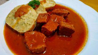 Prato de carne ensopada com knodel. Cores muito vivas. Onde comer em Bregenz: Pfänderdohle Gasthaus: Gulasch com knödel