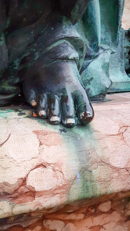 Lindaviabrunnen: fonte Lindavia e o detalhe das unhas da estátua que volta e meia amanhece pintada