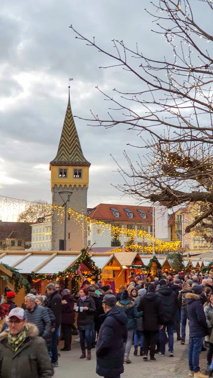 Mangturm imponente em meio ao fervo do Mercado de Natal