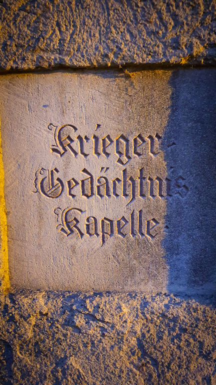 Placa da Peterskirche: nos tempos antigos a igreja era chamada de Fischerkirche