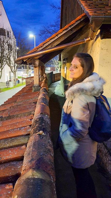 Chai caminhando na pequena parte que ainda restou da muralha da cidade