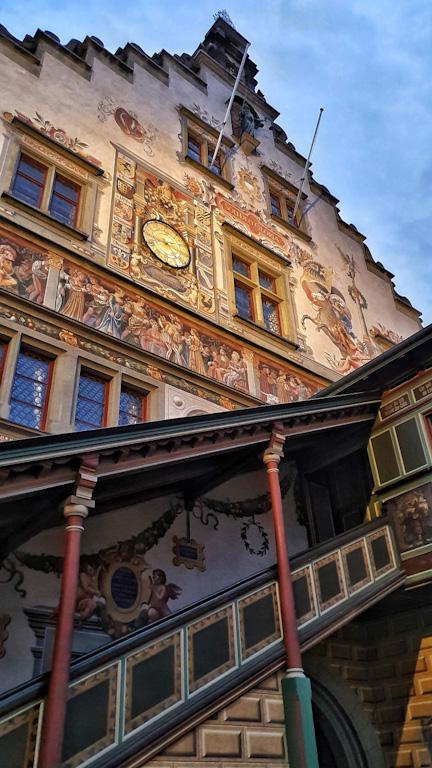 Altes Rathaus - a prefeitura antiga de Lindau: grande escadaria de madeira de frente para a Bismarckplatz