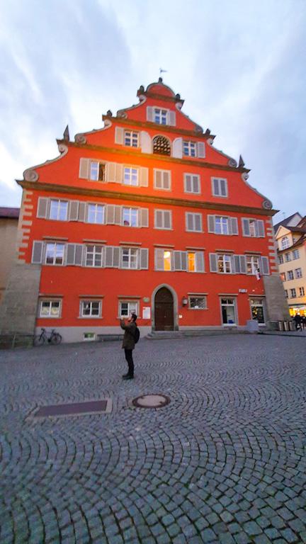 Prédio imponente de cor laranja onde fica a prefeitura nova da cidade de Lindau, aNeues Rathaus