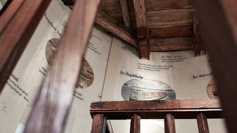 Pareres internas do farol com Desenhos antigos, fatos históricos, curiosidades e informações sobre o clima no lago. Escritas em letras antigas.