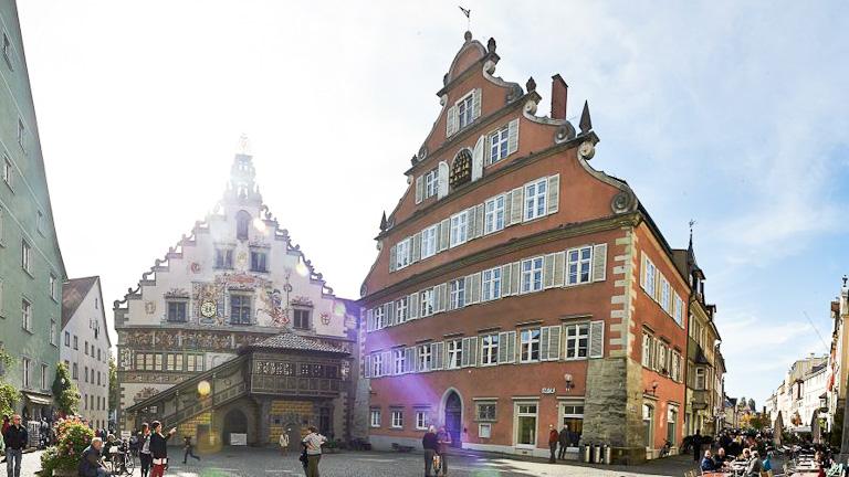 Dois prédios antigos na Bismarckplatz que são a velha e a nova prefeitura da cidade respectivamente
