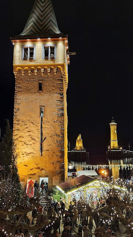 Símbolos do Porto de Lindau iluminados: Mangturm, Leão Bávaro e Farol