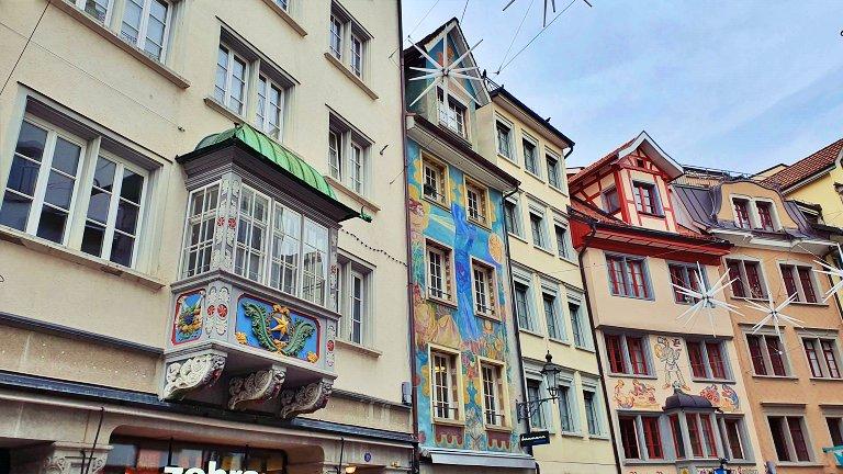 Janelas oriel e fachadas pintadas das casas burguesas antigas